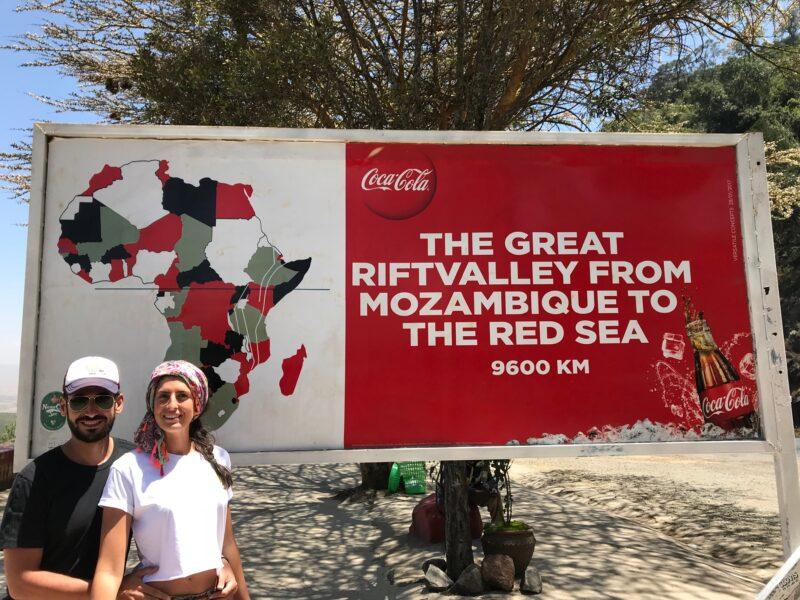 Manolo e Irene situados delante de un cartel explicativo