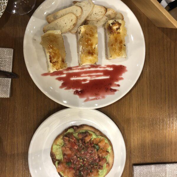 plato de foie y de torta de ines rosales con guacamole
