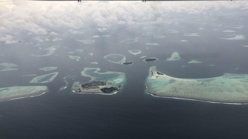 vista aerea de islotes en maldivas