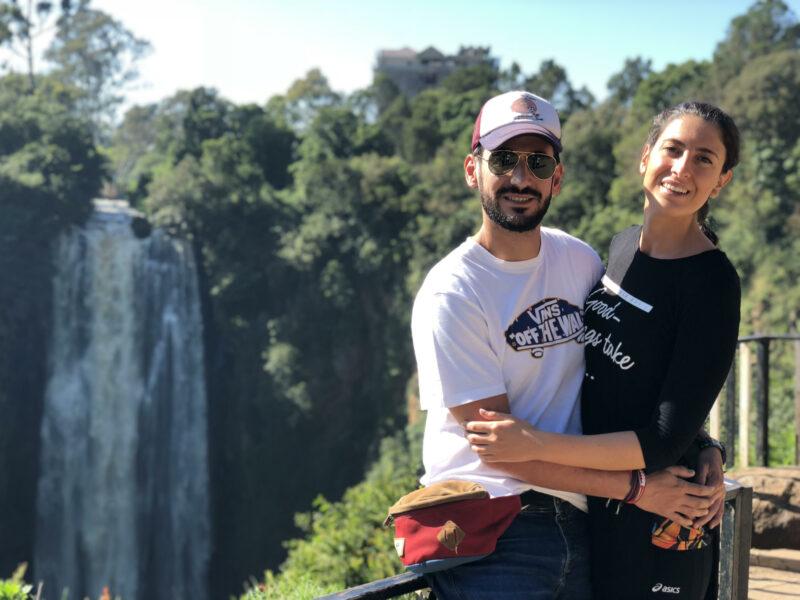 pareja delnate de unas cascadas muy altas