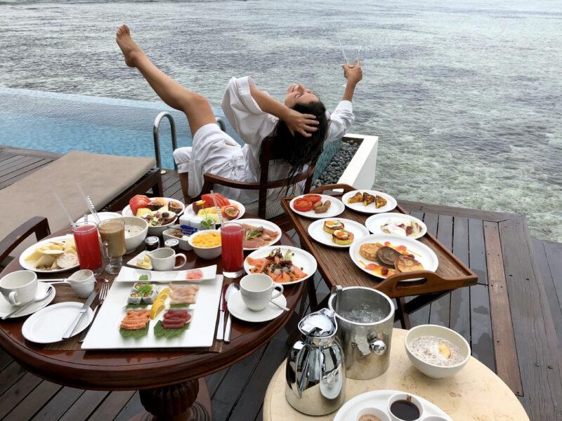 mejor desayuno en la habitación con la piscina de fondo de nuestro viaje de Kenia y Maldivas