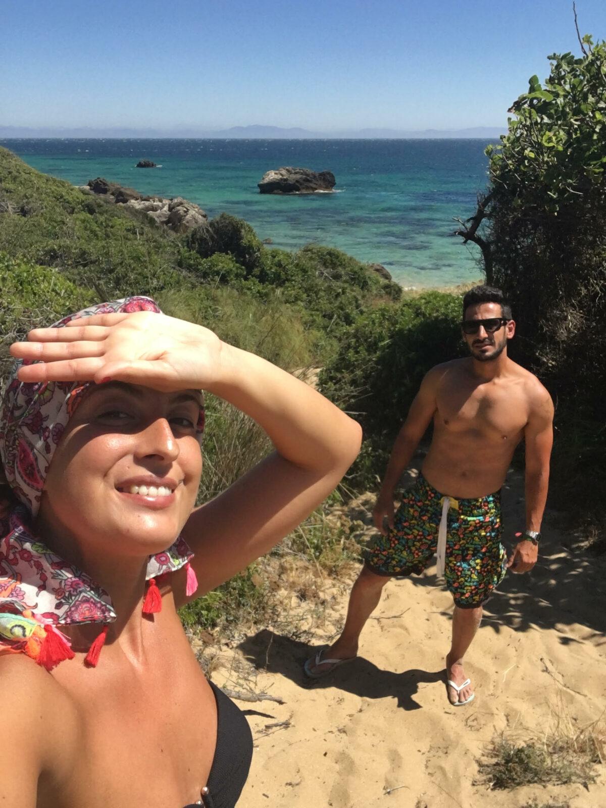 Manolo y yo en la bajada a una playa en medio del campo con el mar de fondo
