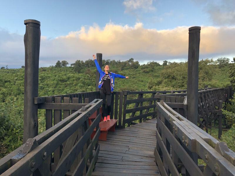Irene subida a un banco en una pasarle sobre la selva