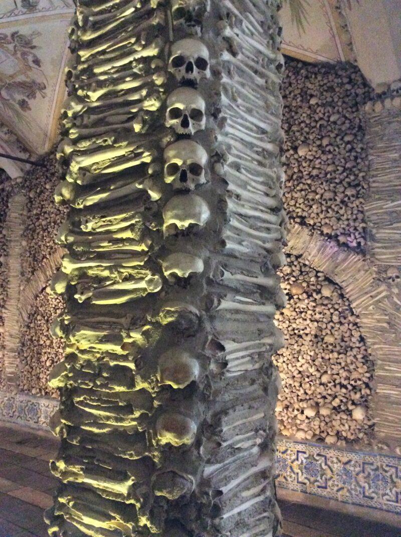 Columna en la Capilla de los huesos.