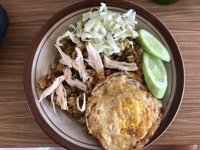 Nasi Goreng especial con huevo y pollo, el plato más comido en nuestro viaje a Indonesia