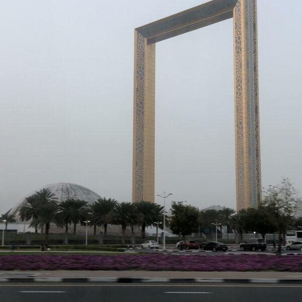Edificio visto desde la carretera en 24 horas en Dubai.